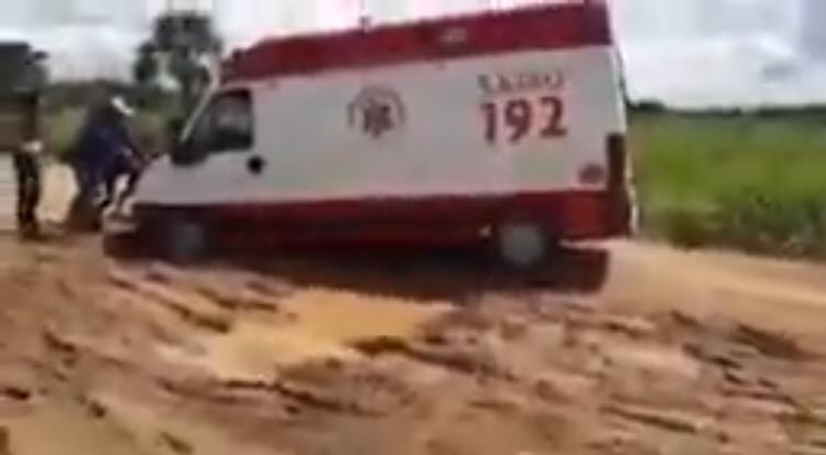 Estrada do aeroporto de Feijó vira pista de Rally; ambulância do Samu atola diariamente