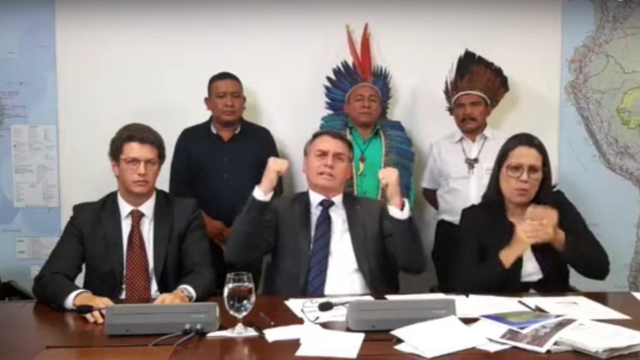 Bolsonaro recebe índios em live, defende garimpo e critica ONGs